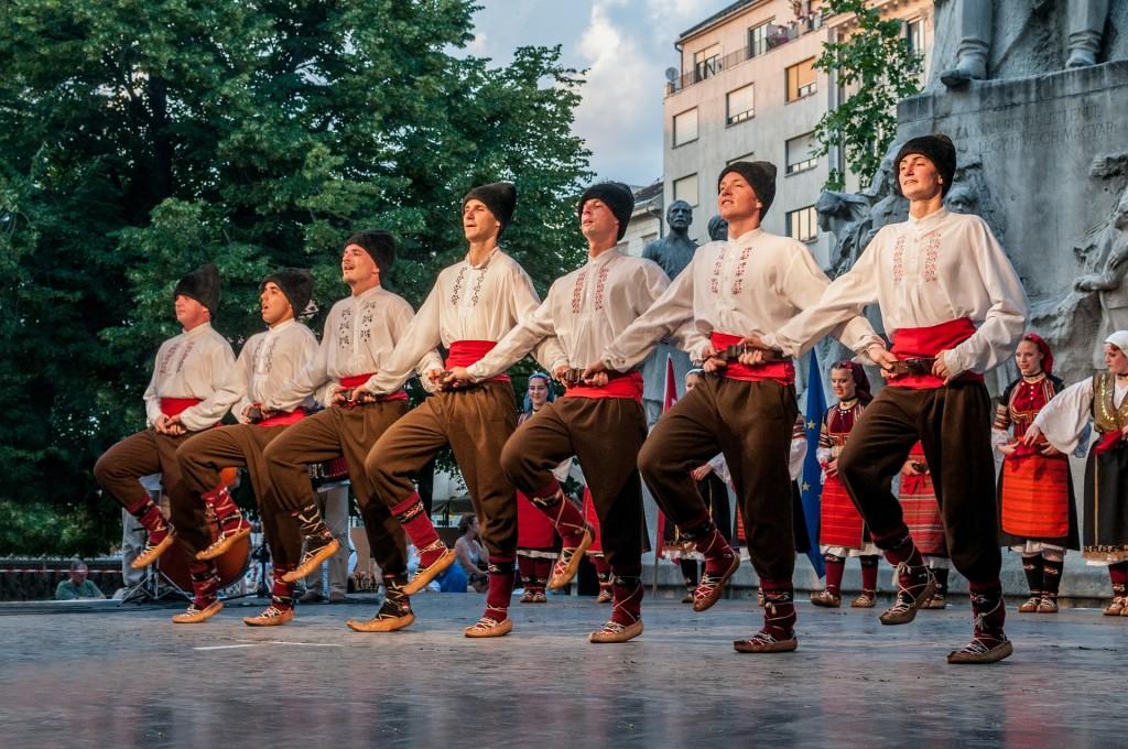 dancers-545315_1920